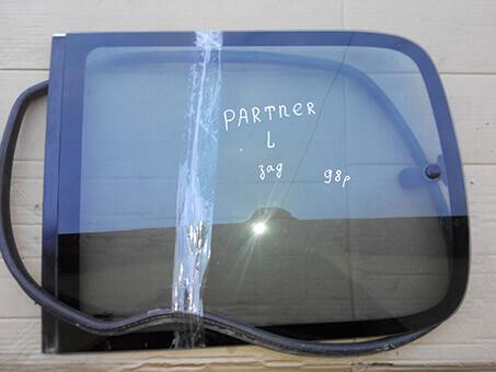 Скло бокове заднє ліве Peugeot Partner 1998